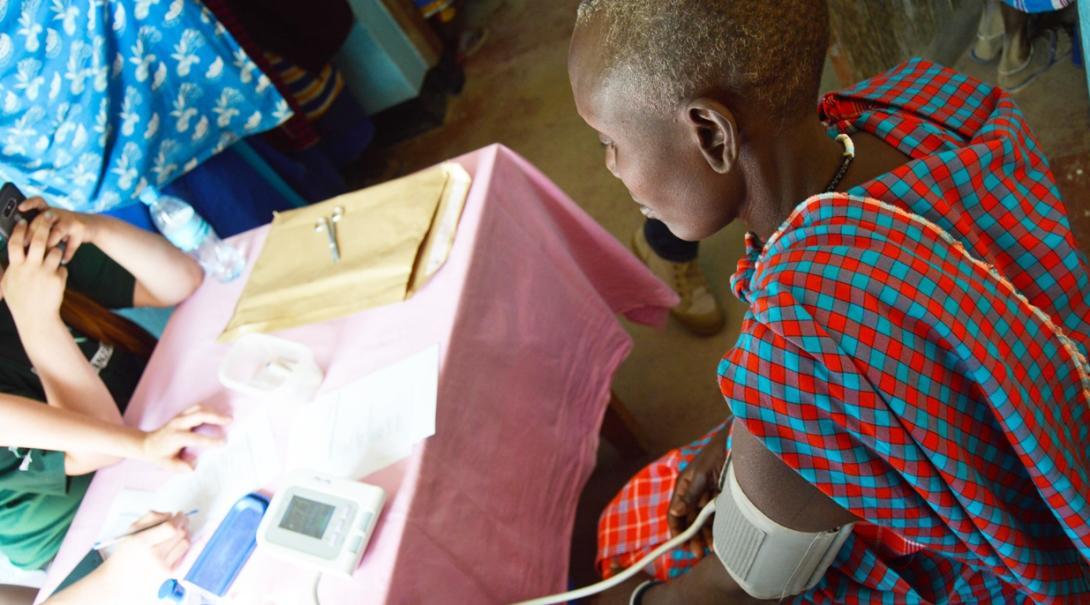 マサイ族村でヘルスチェックをサポートする看護インターンシップ